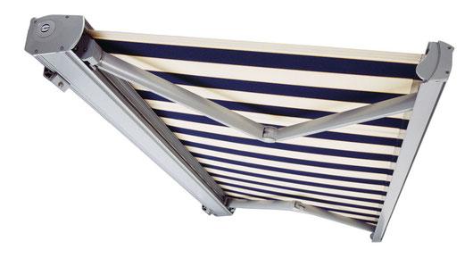 """Kassettenmarkise """"Excellence"""" von Bremetall mit ihrer eckigen silbernen Kassette und blau weiß gestreiftem Stoff"""