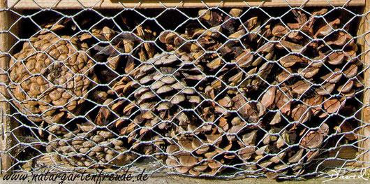 """""""Zapfenstreich"""" in Insektennisthilfen. Noch unsinniger geht nicht! Insektenhotel Insektennisthilfe Nisthilfe Kiefernzapfen wildbee insect hotel nesting aid pine cone"""