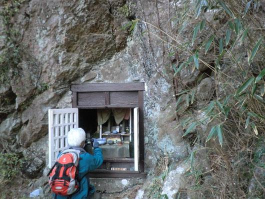 一枚岩に穿たれた岩戸観音
