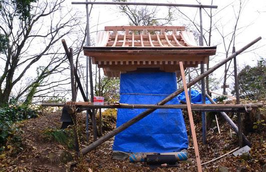 屋根工事が大変だそうです。曲線をうまく出すために下(家)で下準備をした材料をその都度持ち上げてきて、現場で調整しながら貼り付けていくようですね。正面の一部に銅板が貼ってあります。