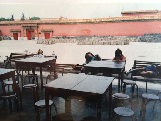 紫禁城で昼寝する寺尾ブッタさん※左から2人目(提供:寺尾ブッタ)