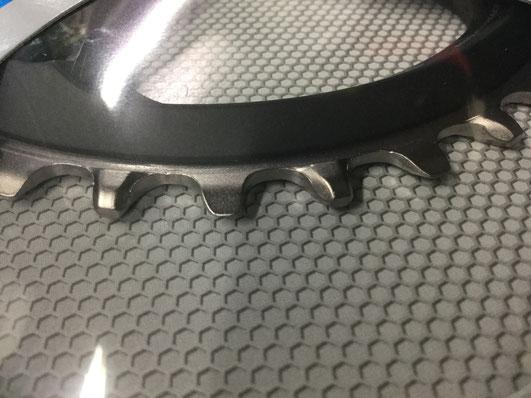 厚い歯と薄い歯が交互に配置されています。