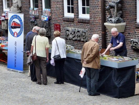 Besucher zeigen großes Interesse am Stand des Freundeskreises der Spur Z Hamburg.