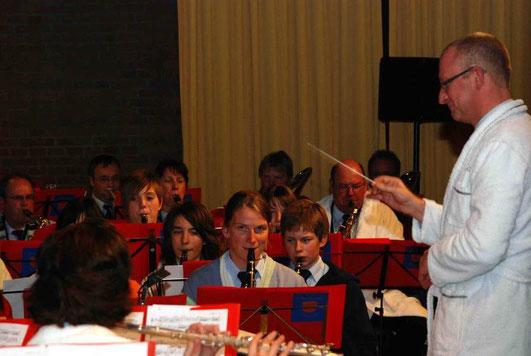 """2009: Das Orchester im Bademantel, passend zur Zugabe """"Udo Jürgens live"""""""