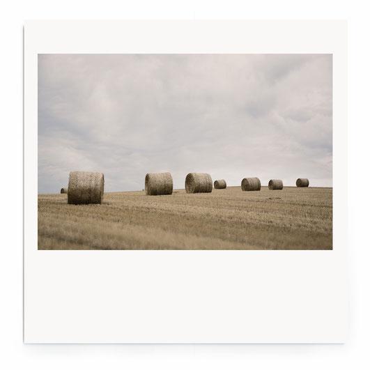 """""""Field Art"""" Fine Art Fotografie. Minimalistische Landschaft mit Strohhballen aud Feldern."""