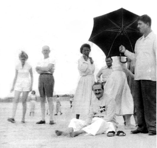 1956 : Beryl Williams is standing behind Baba, also Dr. Nilu with Eruch Jessawala holding the umbrella.