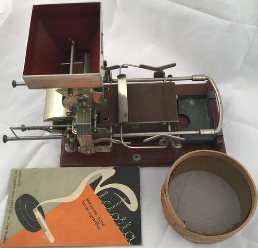 Máquina para hacer cigarrillos marca VICTORIA, patentada por Agustín Victorero en 1915 y fabricada por la empresa Agustín Victorero y Hermanos en Lastres (Asturias), año 1920