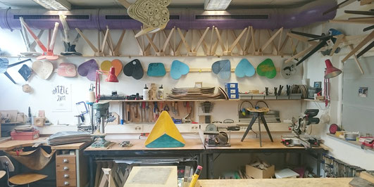 Holzwerkstatt in Stuttgart. Hier werden aus alten Skateboards von einem Produktdesigner neue Möbel und Produkte von Hand gefertigt. Woodshop in Stuttgart where old skateboards get a new life designed bay a product designer.