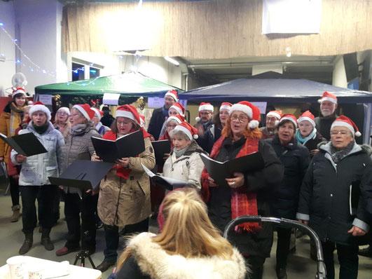 Erfreuten die Kinder und Eltern mit Weihnachtsliedern, auch zum Mitsingen.