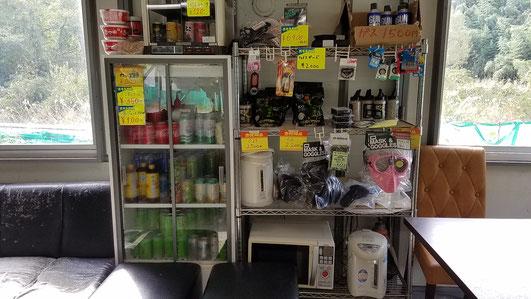 事務所内の販売コーナーです。サバゲ用品、消耗品、飲み物などの画像