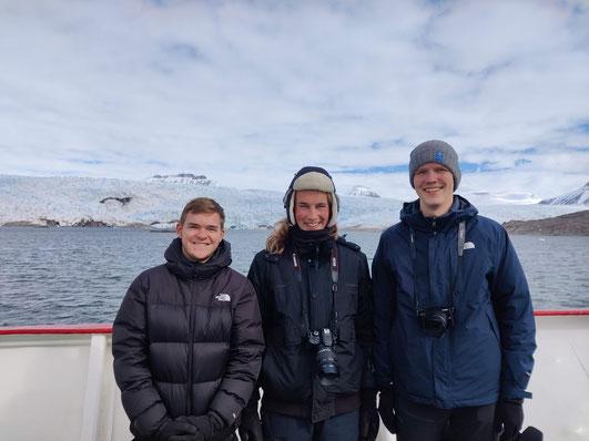 Zahlreiche Rentieren und ein Gletscher: Tim, Jonas und Paul (v.l.) bei ihrer Bootsfahrt auf Spitzbergen