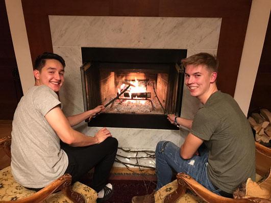 Stephan und Hannes machen es sich am Kamin gemütlich