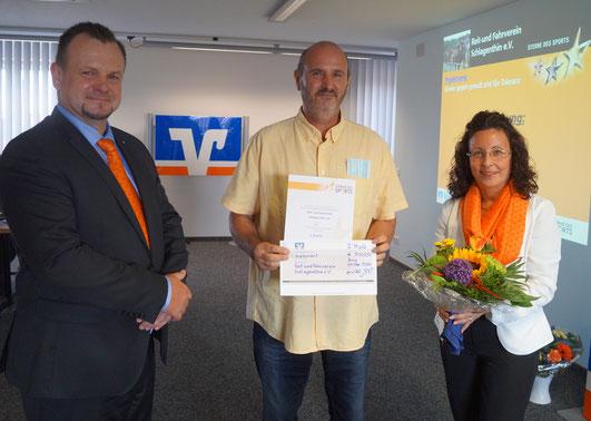 Volksbank-Vorstand Stefan Hildebrand, Vereinschef Harry Czeke (von links) und Prokuristin Nordica Kühne. Foto: Alpha-Report
