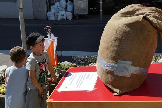 jeder Weizensack, den die Weinfelder auf ihren Schultern nach Hause trugen, wog 65 kg