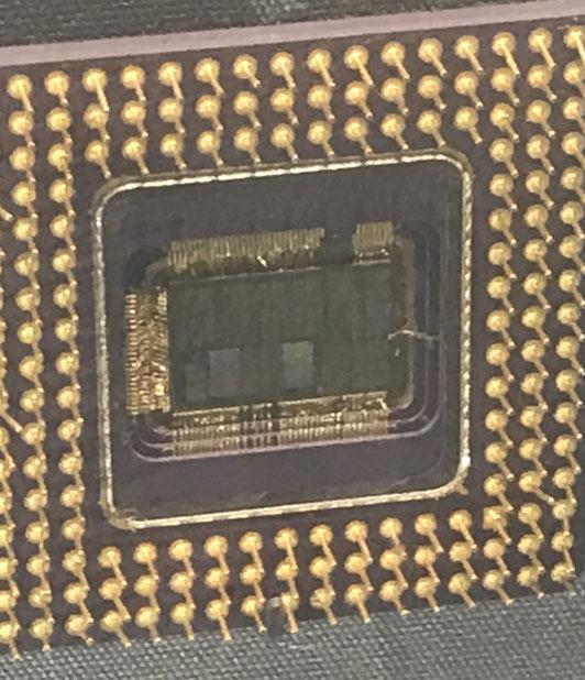 Intel CPU | Ein Pin ist etwas verdreckt, dieser sollte mit der Wärmeleitpaste gereinigt werden | Preferences may have changed