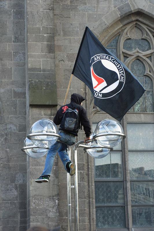 2008年、ドイツのケルンでアンティファ抗議デモ隊が掲げた旗。