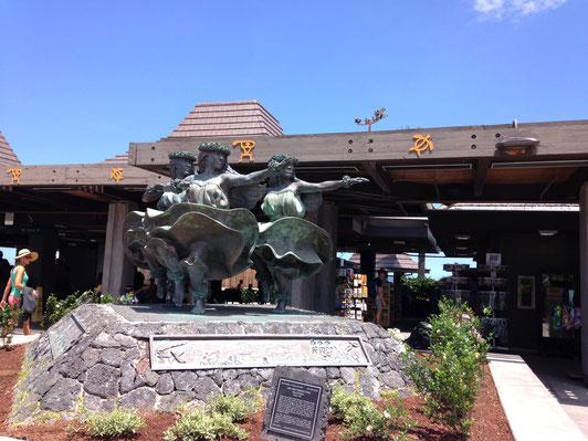 コナ空港のフラガール像