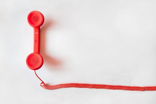 テーブルに置かれた2つのコーヒーカップと会話の吹き出し。