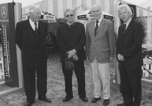 Helmut Saggau, Ewald Schröder und Jürgen Witt mit dem Vorsitzenden des Landesverbandes der Reit u. Fahrvereine S-H, von Bethmann-Hollweg (3.v.l.) bei den Landesmeisterschaften.
