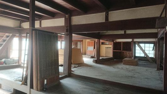 大黒柱を中心に差鴨居で固められた民家特有の構造