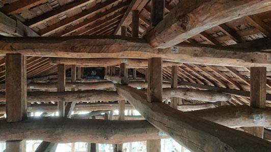二階天井をはがすと美しくダイナミックな梁組があらわれた。各部材には番付札を貼る