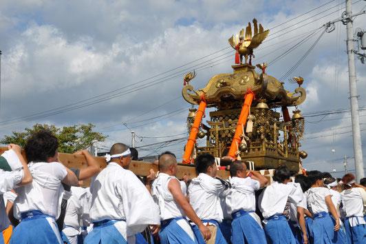 市内を練り歩いた後、大きな気勢とともに「お旅所」に練りこんで、観客を沸かせる神輿