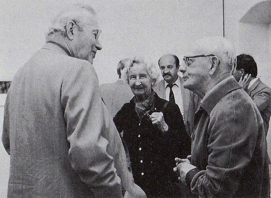 Max Bill(left), Mrs. Hinterreiter and Hans Hinterreiter(Center, RIght) September 1985 at Schlegl Gallery, Zurich
