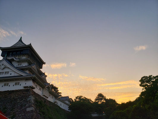 娘とみた小倉城と夕空