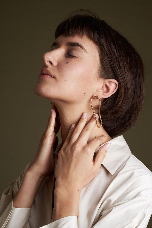 Ohrschmuck Gold, goldplattiert, minimalistisches Design, lange Ohrringe, Schmuckdesign Maren Düsel Jewellery, Schmuckdesignerin Düsseldorf