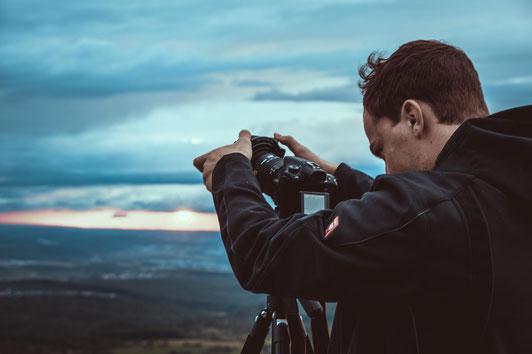 Felix von Foto Bernecker beim fotografieren auf dem Hohen Neuffen