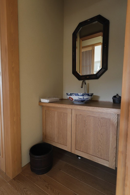 家具のような手洗いカウンター