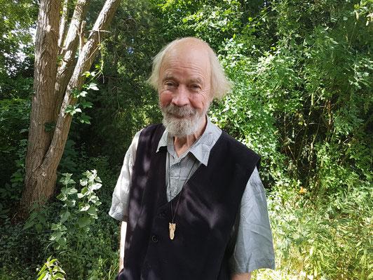 Der Autor in seinem Garten