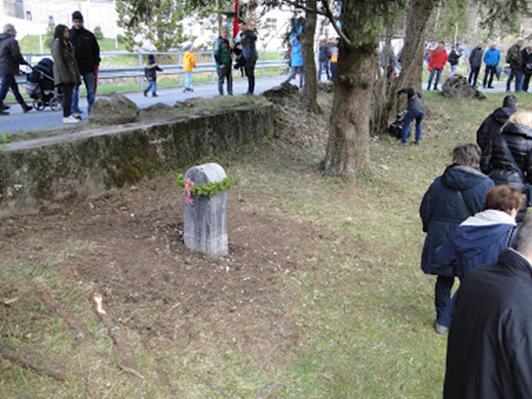 Der vierte Gedenkstein in der Risi  ist nach dem Einsatz des Räumungskommandos mit Polizeischutz wieder frei. (Foto: M. Hauser, Zug)