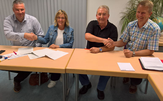 Zufriedene Gesichter nach dem Unterzeichnen der Absichtserklärung zeigten von links:  Marco Ohme (Lt. Ing. Viessmann), Susanne Wilhelm (Vorstand) Karlheinz Kurz (Vorstand) und Georg Stegemann Dipl. Ing. Viessmann)