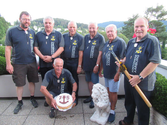 Roland zusammen mit den Gratulanten beim obligaten Gruppenbild.