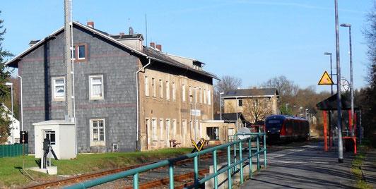 Das Bahnhofsgebäude mit dem ehemaligen Bahnhofsrestaurant im Erdgeschoß