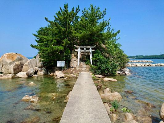 九州 福岡県糸島市の箱島神社は神の島。 Hakoshima Shrine in the sea is an island of god in Fukuoka, Kyushu.