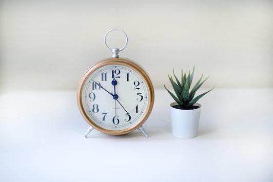 家のリビングテーブルで仕事中。電卓、仕事の資料を広げている。