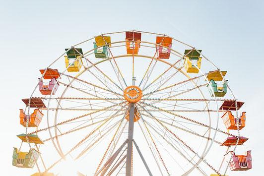 ピンクのフリージア。ピンクの付箋。ハート形のシール。ピンクのペン。