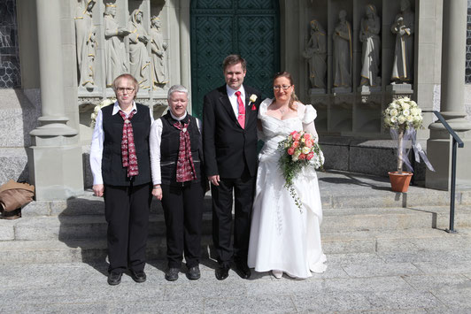 Vor dem Hauptportal der Pfarrkirche Hildisrieden:  Das Brautpaar Doris und Manfred Zimmermann mit den Repräsentantinnen des Vereins Lisbeth Käser und Irene Frei