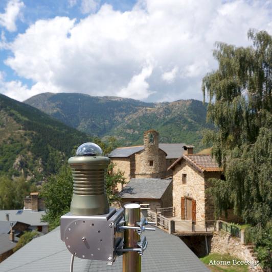 La caméra FRIPON installée sur le toit de la mairie de Mantet (66)
