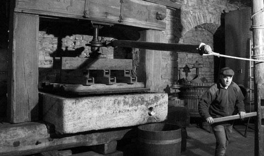 Historische Dockenkelter von 1797 im Einsatz