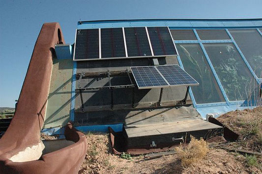 Par marvins_dad — 2008_06_22-EarthShip SolShip-040, CC BY 2.0, https://commons.wikimedia.org/w/index.php?curid=52820940