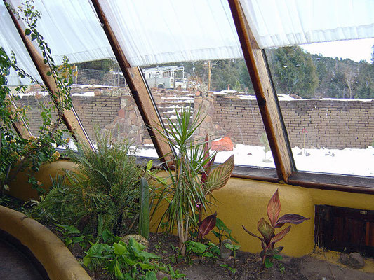 Par Lori Greig — originally posted to Flickr as Earthship 2Uploaded using F2ComButton, CC BY 2.0, https://commons.wikimedia.org/w/index.php?curid=8642944