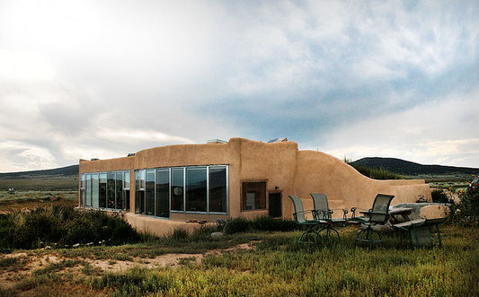 Par File:Exterior Jacobsen House Earthship 2009.JPG: t3xt. Original uploader was Victorgrigas at en.wikipedia.orgderivative work: Felix Müller — Ce fichier est dérivé de  Exterior Jacobsen House Earthship 2009.JPG:, CC BY-SA 3.0, https://commons.wikimedia