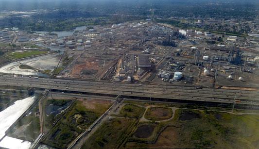 Bildmitte: Linden Cogeneration Plant, Linden, NJ; umgeben von der Phillips Bayway Refinery