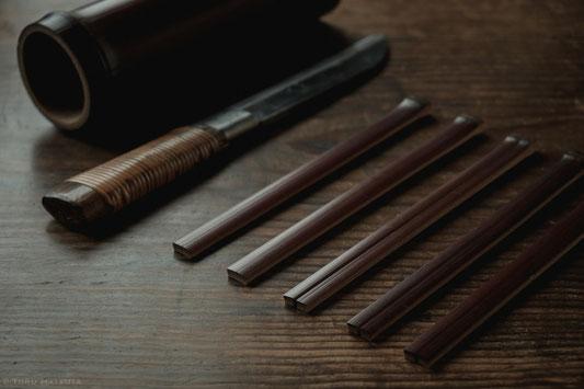 左から煤竹、鉈、箸一膳分の煤竹、荒割りした煤竹