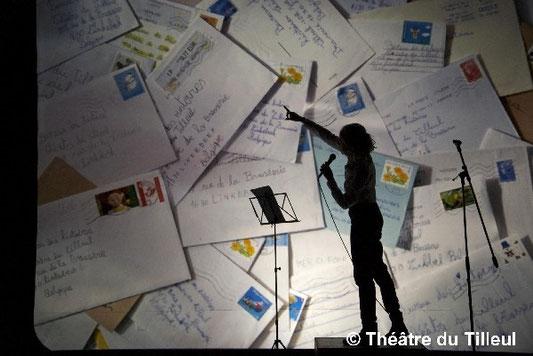 Lecteur devant un tas de lettres d'enfants
