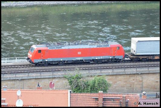 Aus etwas ungewöhnlicher Perspektive gelang ein Bild von 189 055-7, die einen Containerzug durch den Bf. Königsstein zieht. Der Zug rollt in Richtung Pirna