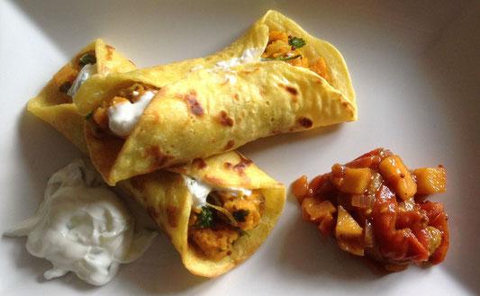 Indiase pannenkoekjes met een vulling van zoete aardappel en raita, met tomaat/appel chutney.